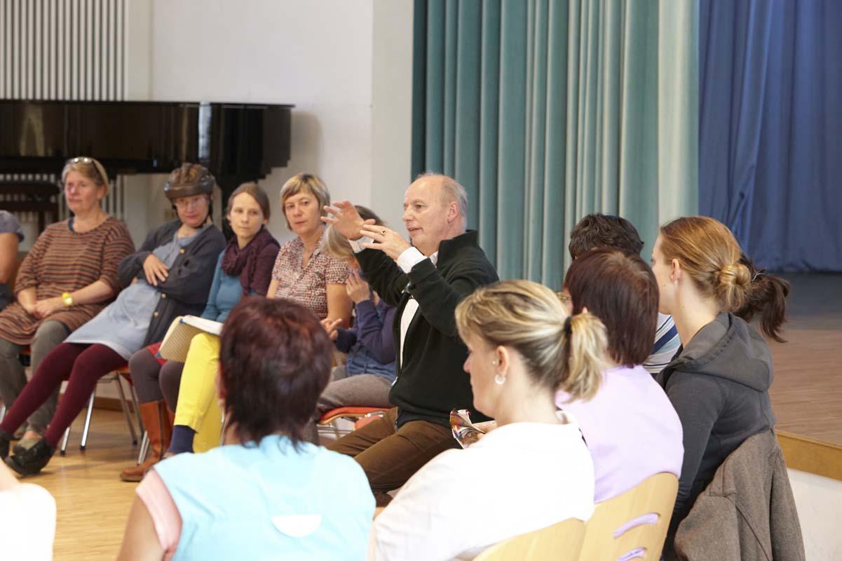 Morgenkreis im Saal des Dag-Hammarskjöld-Hauses
