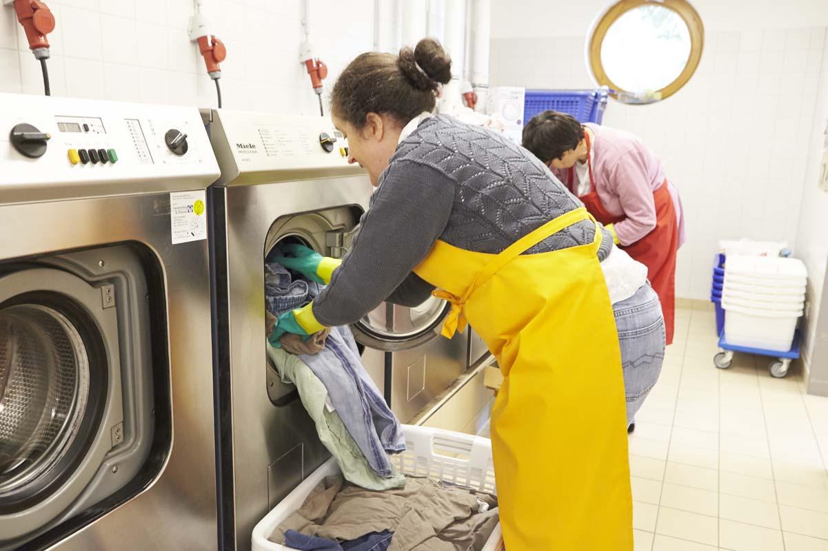 Waschmaschinen müssen befüllt und ausgeräumt werden