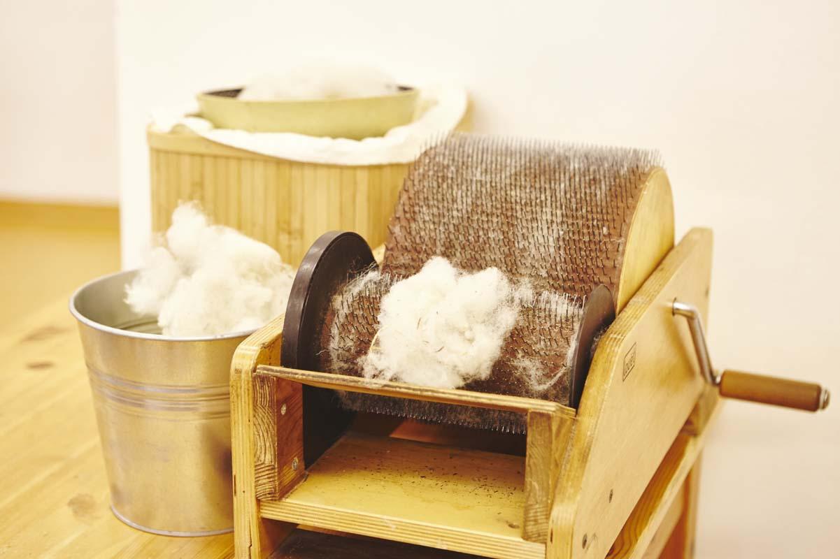 In der Weberei wird auch die Wolle gekämmt