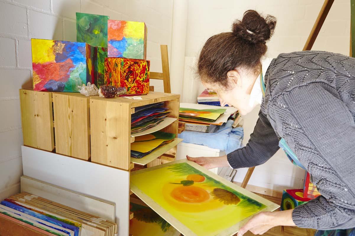 Nach dem Malen werden die Bilder getrocknet
