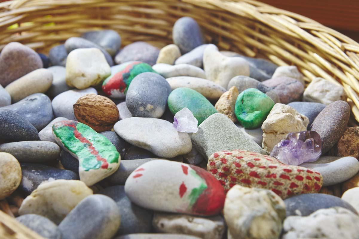 Bemalte Steine aus unserer Werkstatt in der Remise