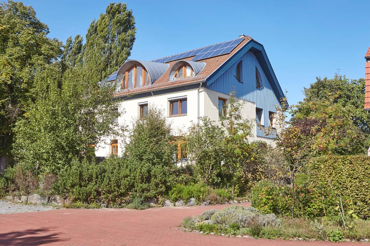 Grüne Umrahmung für das Laurens-van-der-Post-Haus