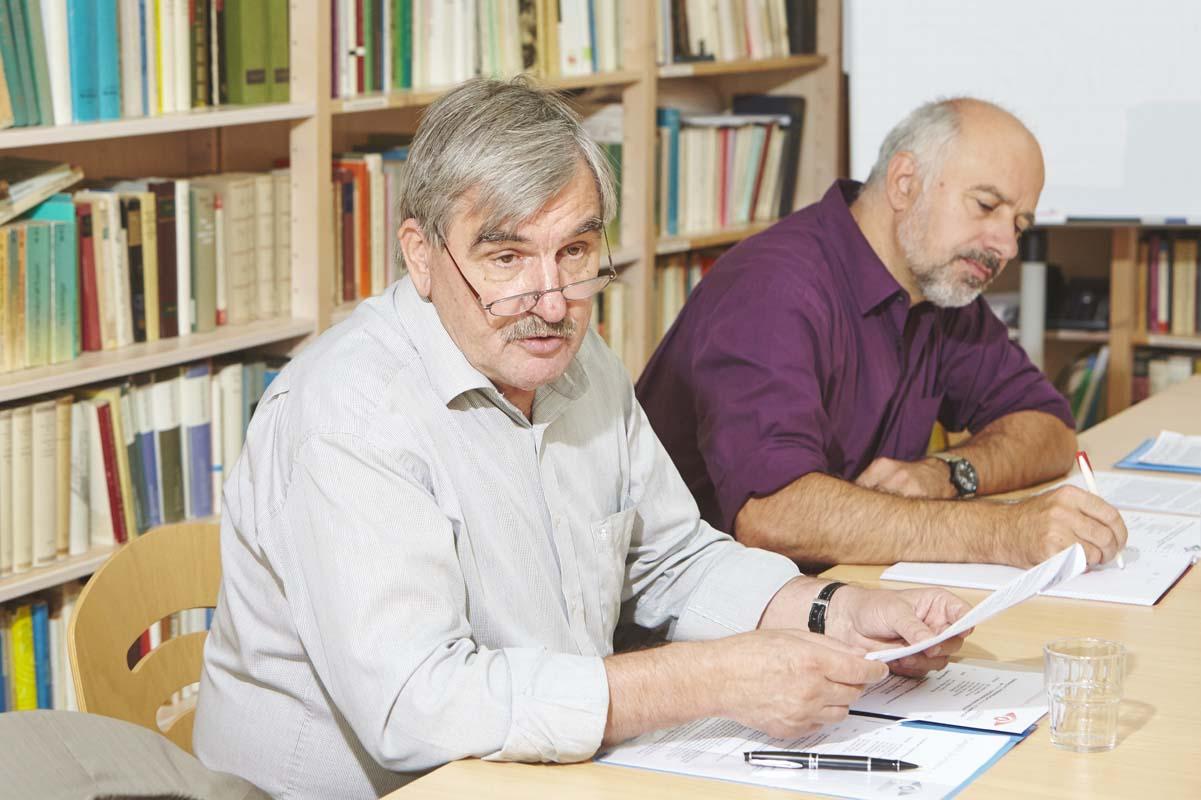 Der Vorstand des Trägervereins tagt in der Bibliothek im Dag-Hammarskjöld-Haus