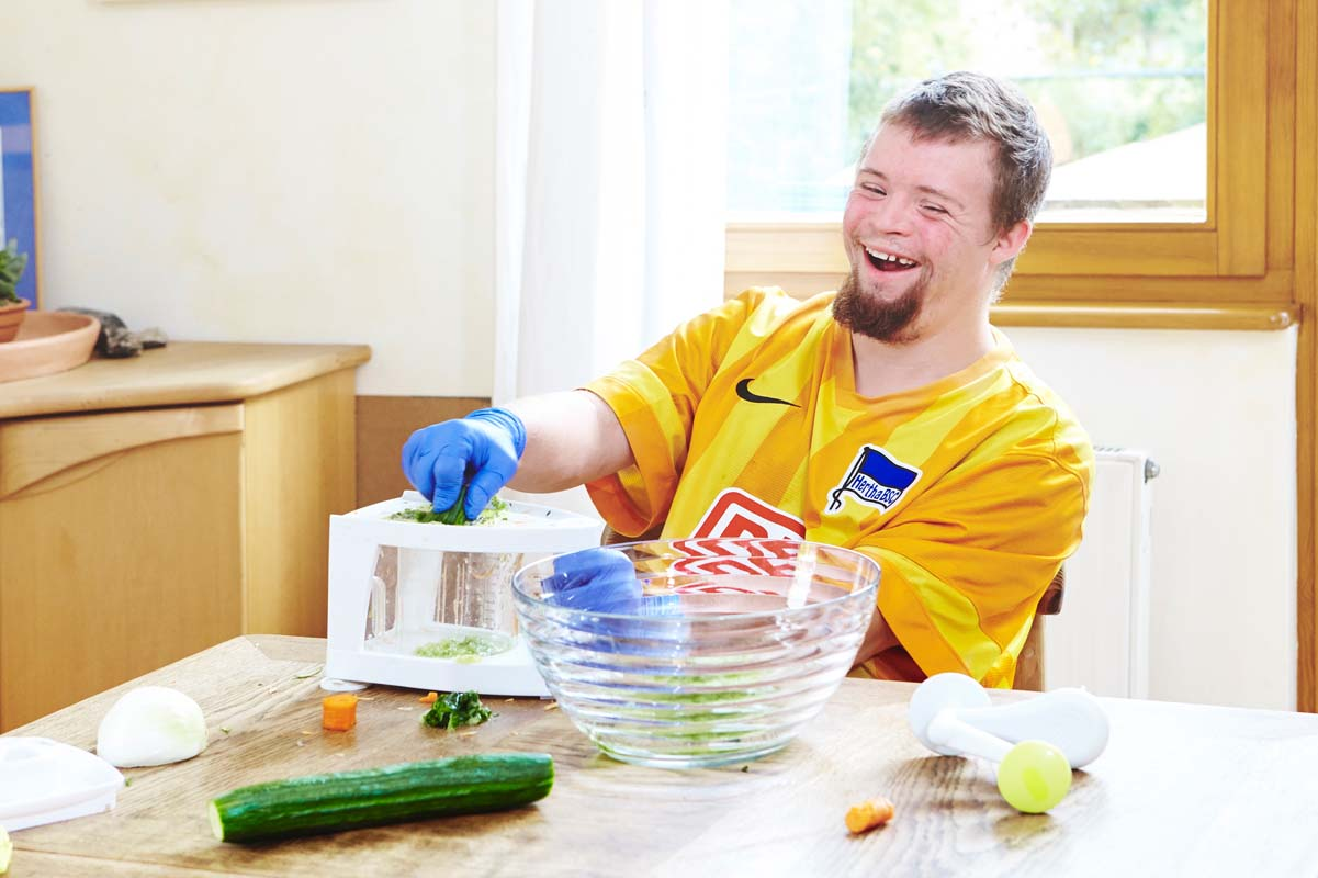 Im Laurens-van-der-Post-Haus haben die Bewohner viel Spaß bei der Küchenarbeit