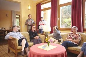 Eine lebhafte Runde im gemeinsamen Wohnbereich des Valborg-Werbeck-Svärdström-Hauses