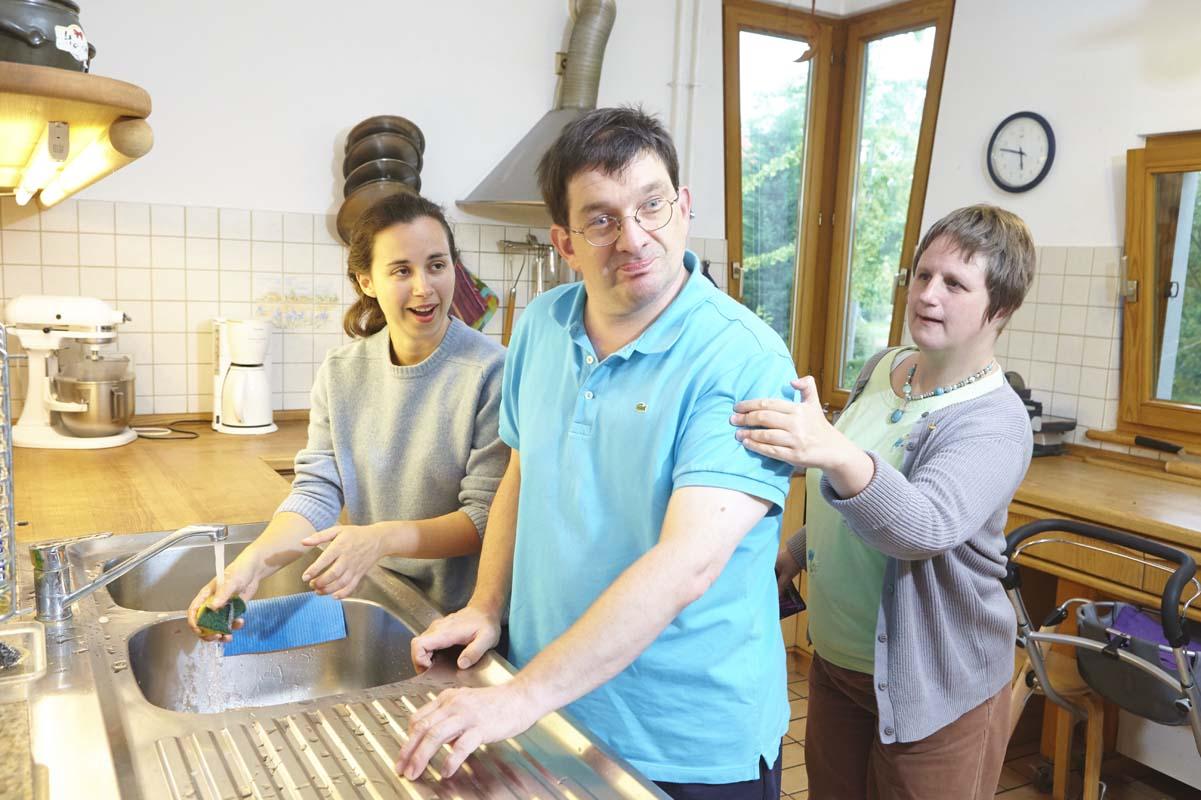 Nach dem Essen wird auch im Wladimir-Lindenberg-Haus das Geschirr gespült und sauber gemacht