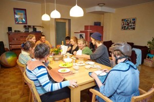 Alle sitzen am großen Esstisch für die Gruppe im Viktor-Frankl-Haus