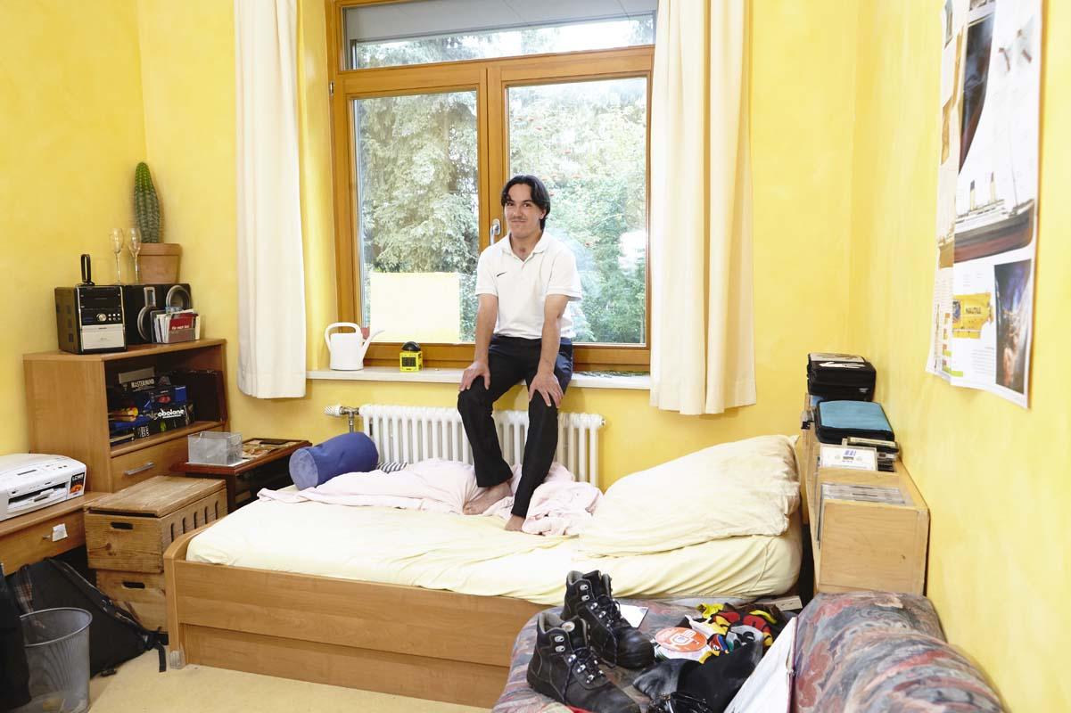 Bewohner auf der Fensterbank in seinem Zimmer